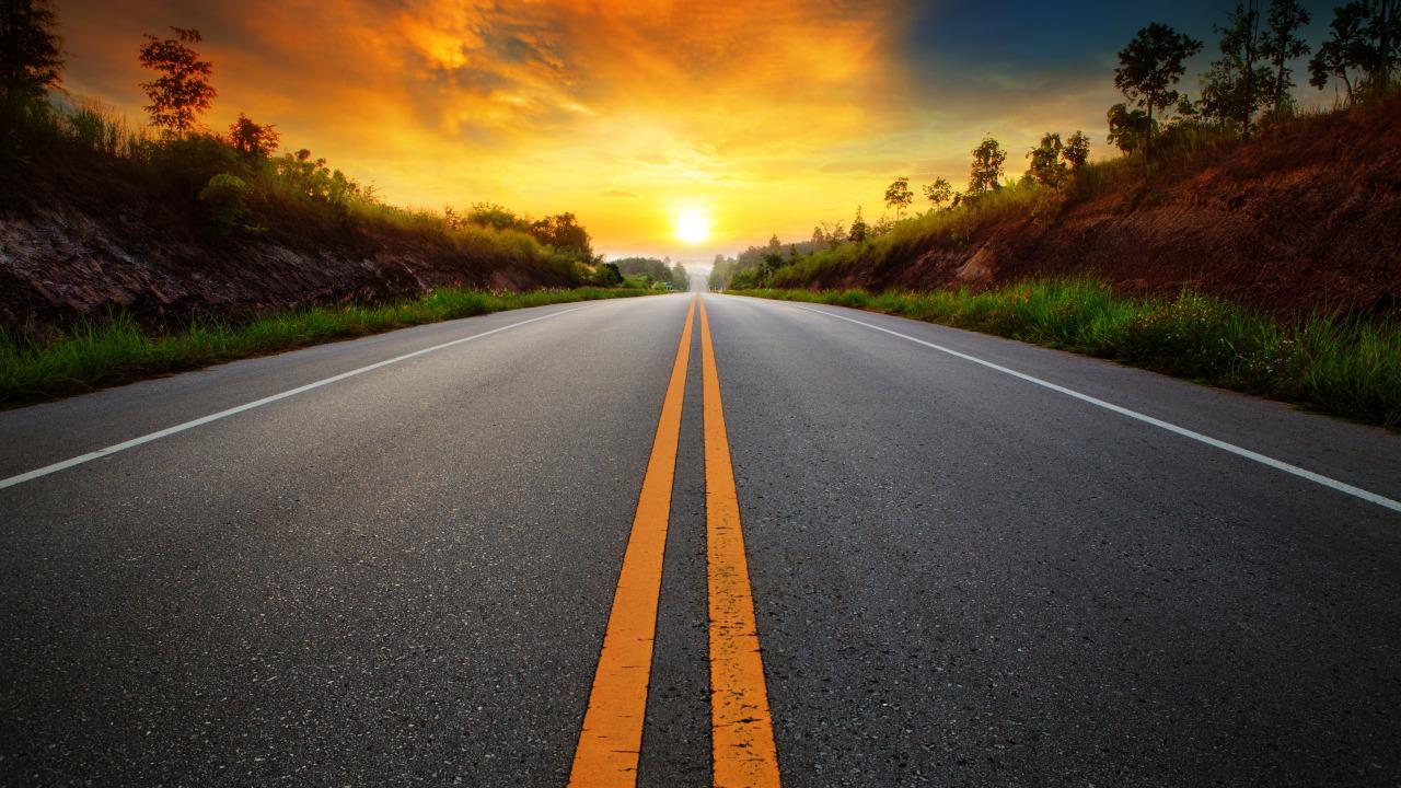 peizazh-rassvet-roadway-voskhod-solntsa-leto-doroga-razmetka