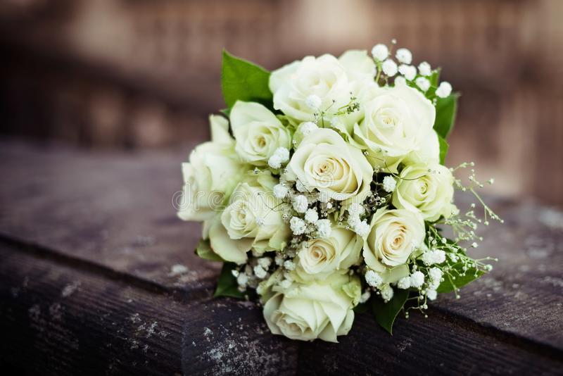 невеста-букета-вручает-венчание-135662723